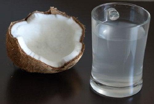 Kookosvesi ja puolikas kookos