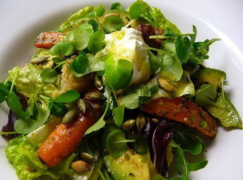 Vihreät kasvikset salaatin muodossa