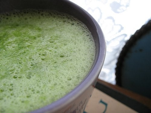 Vihreät kasvikset smoothieen
