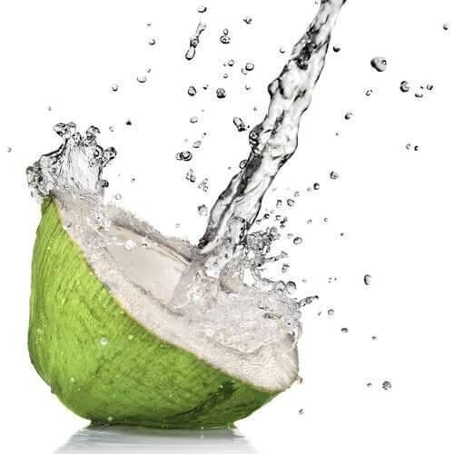 Kookosvesi roiskuu