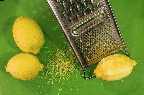 Sitruunan raastaminen
