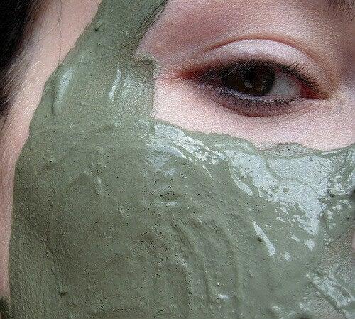 Vihreä savinaamio kasvoilla