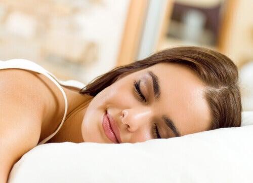 Nainen nukkuu hymyillen