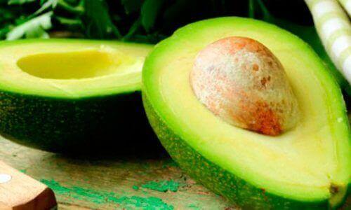 Avokado sisältää terveellisiä rasvoja.
