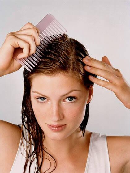 Tyttö kampaa hiuksiaan