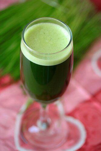 Vihreä juoma shamppanjalasissa