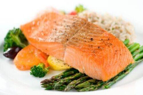 Lohen sisältämät omega-3- rasvahapot auttavat edistämään painonpudotusta.