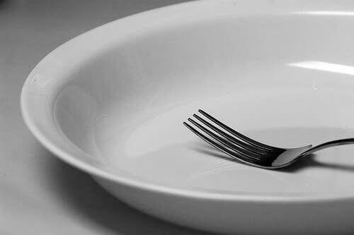 Tyhjä lautanen paastoamisen aikana