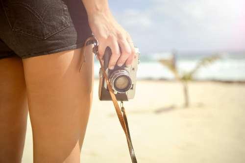 Kameran kanssa rannalla