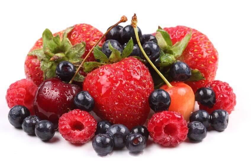 Kolesterolin hillitseminen punaisilla ja sinisillä marjoilla ja hedelmillä.