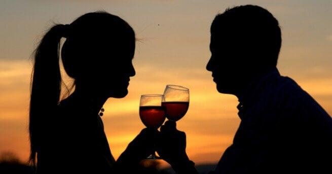 Pari kilistelee viinilaseja