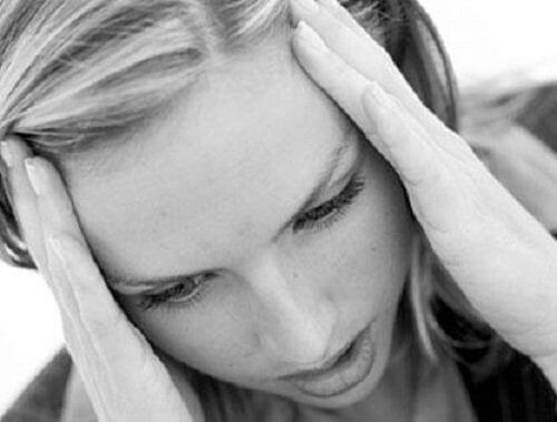 Nainen stressaa ja ripset putoavat