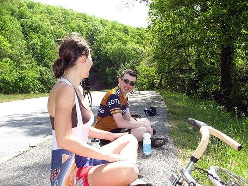 Nainen ja mies pyörälenkillä