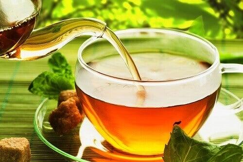 Kaadetaan teetä kuppiin
