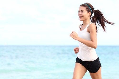 Liikunta on juoksua rannalla