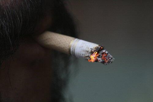 Tupakointi aiheuttaa selkäkipua