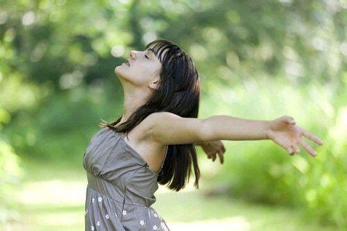 Rentouttaa mieli hengittämällä syvään