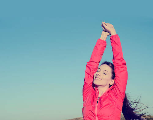 Nainen venyttelee pois negatiivisen energian