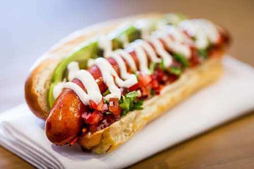 Hot dog kaikilla mausteilla