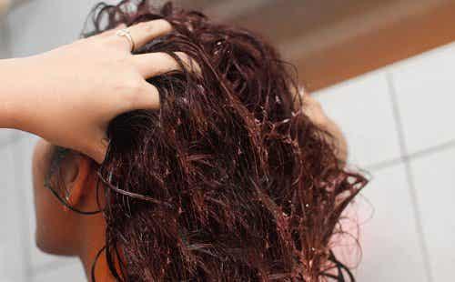Pellavansiemenvettä hiusten vahvistamiseen
