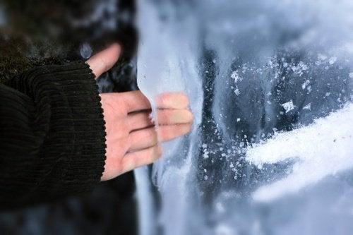 Käsi jäässä