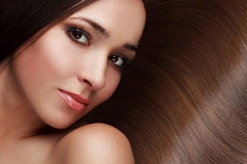 Saat terveet ja kiiltävät hiukset luonnollisin keinoin.