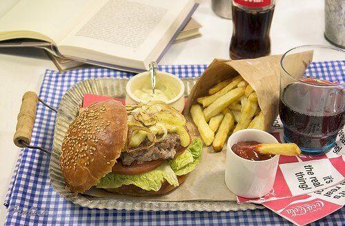 Jätä pois roskaruoka niin alennat kolesterolia