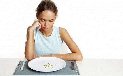 Tyttö on laihdutuskuurilla