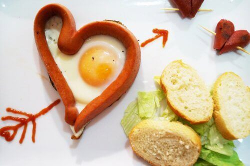 Kananmuna paistettu sydämen muotoon