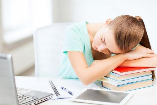 Unenpuute vaikuttaa työkykyyn