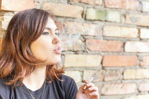 Tupakointi aiheuttaa pahanhajuista hengitystä