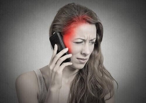 Matkapuhelin on määritelty mahdollisesti karsinogeenisenä eli syöpää aiheuttavana tekijänä.