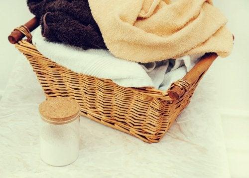 pyyhkeet ja ruokasoodapurkki