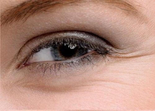 Muista kosteuttaa silmänympärysihoa.