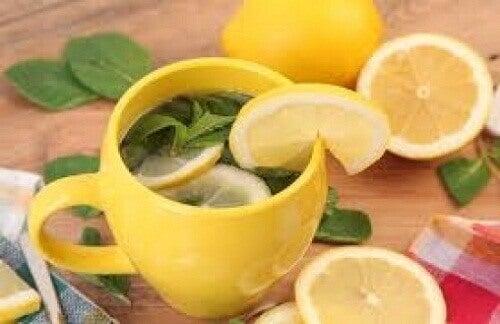 Sitruunatee ja sitruunan kuori