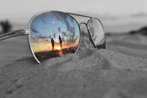 Aurinkolasit hiekassa