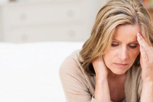 Nainen kärsii menopaussista