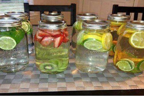 8 kotitekoista vitamiinivettä