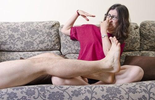 Miehen pahanhajuiset jalat sohvalla