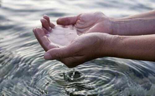 Vesi kämmenillä