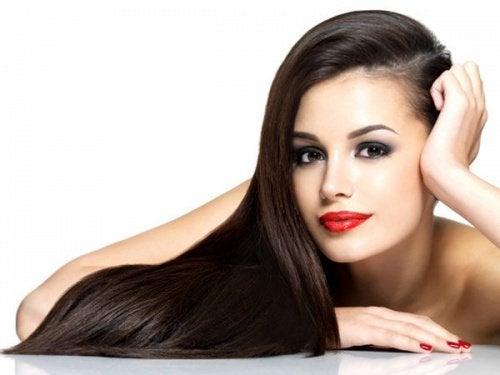 Naisen kiiltävät hiukset