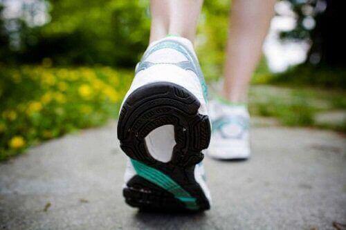 Kävely auttaa parempaan ryhtiin.