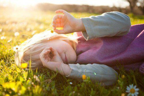 Pieni tyttö ruohikolla