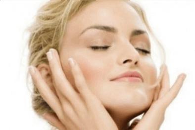 naisen kasvot kaunistuvat misellifaasivedellä