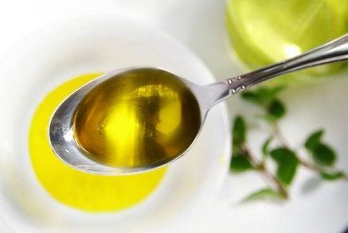Tummat kyynärpäät vaaleiksi oliiviöljyn avulla