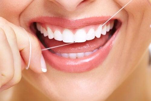 Hammasplakki pois hammaslangan avulla