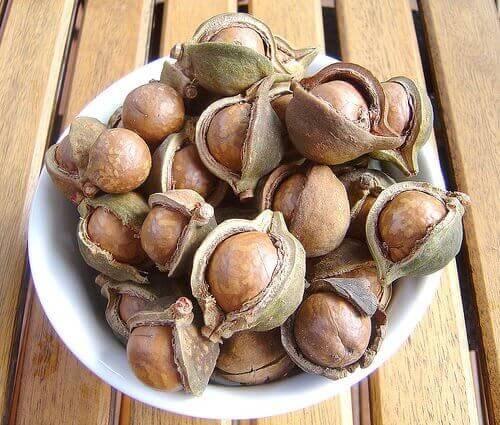 Hammasplakki pois pähkinänkuorten avulla