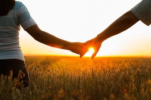 Onnellinen parisuhde on kädestä kiinni pitämistä