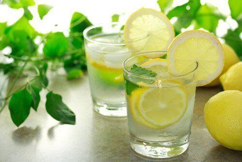 vatsarasvan vähentäminen sitruunaveden avulla