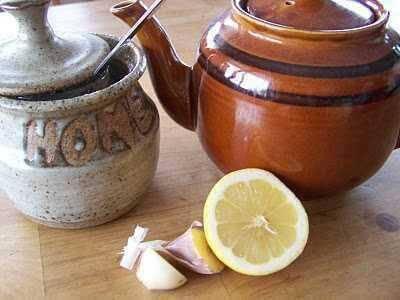 Valkosipulitee ja sitruuna